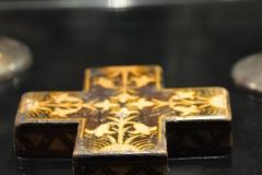 дрвени крст са интарзијом
